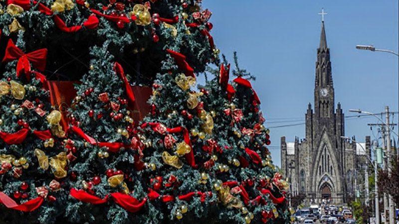 Vista da cidade de Canela com decoração de Natal